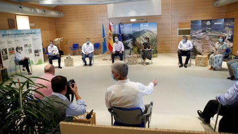 Los reyes, Felipe y Lerizia, junto al presidente del Principado, Adrián Barbón, entre otros, durante su visita al Centro de Tratamiento de Residuos de Cogersa, en Gijón