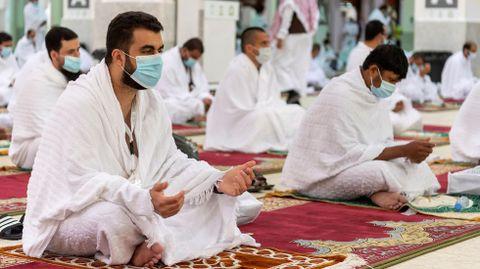 Peregrinos musulmanes rezando en la Meca, Arabia Saudí