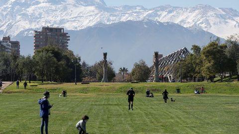 Vecinos de la comuna de Las Condes disfrutan de un día de sol en el parque, una de las 7 comunas de la Región Metropolitana que abandonaron el pasado lunes la cuarentena obligatoria, en Santiago, Chile