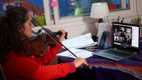 Clarisa Orfila, profesora de viola del programa de orquesta infantil y juvenil de Buenos Aires, enseña a sus alumnos a través de un zoom en su casa, durante la pandemia de coronavirus en Buenos Aires, Argentina