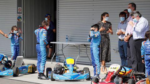 Los reyes Felipe (2d) y Letizia (i), junto al piloto español de Fórmula 1 Fernando Alonso (2i), y el ministro de Cultura y Deporte, José Manuel Rodríguez Uribes (d), durante su visita al Museo y Circuito Fernando Alonso
