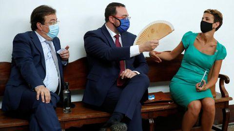 El presidente de la Junta de Extremadura, Guillermo Fernández Vara (i), el presidente del del Principado de Asturias, Adrián Barbón (c), y la presidenta del Gobierno de Navarra, María Victoria Chivite Navascués (i), durante la XXI Conferencia de Presidentes,