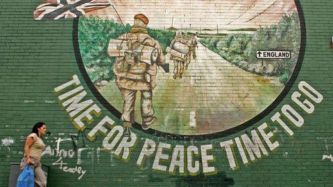 Una mujer pasa por delante de un mural republicano irlandés en Belfast, en una imagen de archivo