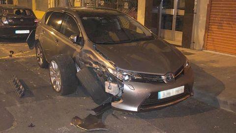 En la imagen se aprecian los restos del siniestro en la calzada y la rueda que perdió tras la colisión