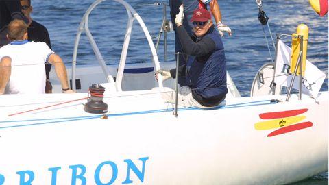 El rey durante una de las regatas Príncipe de Asturias, en Baiona, en el año 2002