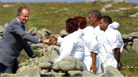Juan Carlos I saluda a trabajadores y voluntarios encargados de limpiar la costa de Carnota tras el desastre del Prestige, en el 2003