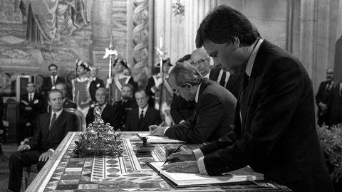 Juan Carlos I, al fondo, en la firma del Tratado de Adhesión de España a la Comunidad Económica Europea, el 12 de junio de 1985