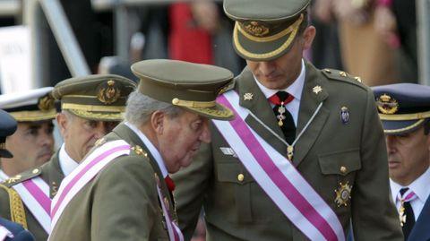 Felipe VI y Juan Carlos I en un acto en El Escorial en el 2014