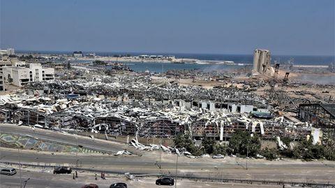 Una imagen general del puerto destruído tras la explosión en Beirut