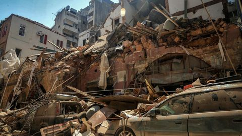 Coches debajo de los escombros de un edificio destruido por la explosión