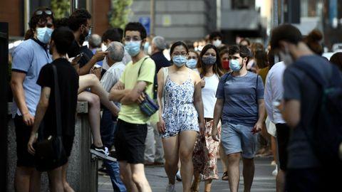 Varias personas con mascarilla en una calle del centro de Madrid