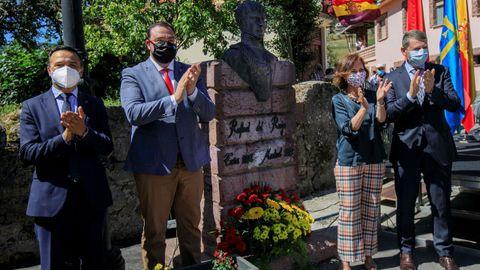 La vicepresidenta primera del Gobierno, Carmen Calvo, el presidente del Principado, Adrián Barbón (2i) y los alcaldes de Tineo y de Cabezas de San Juan, José Ramón Feito (d) y Francisco Jose Roja (i) respectivamente, durante el homenaje al general Riego