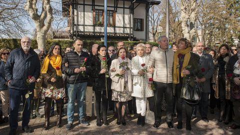 Familiares de Fernando Buesa y Jorge Díaz durante la ofrenda floral celebrada el pasado mes de febrero en honor a ambos, asesinados por ETA en un atentado con coche bomba hace 20 años