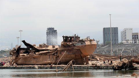 Uno de los buques que estaban amarrados en el muelle y que la explosión sacó del gua y resultó totalmente destruido