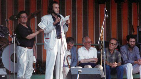 Miguel Anxo Fernán Vello, leyendo el pregón en 1988; a su lado, Alfonso Blanco; detrás, de izquierda a derecha, Manuel María, Xosé María Díaz Castro, Antón Santamarinha y Darío Xoán Cabana.