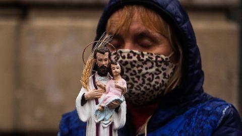 Una mujer carga una imagen de San Cayetano ayer durante la celebración de su día, en Buenos Aires