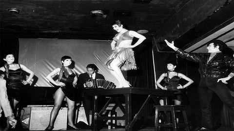 María Nieves baila en la mesa y, a su derecha, Juan Carlos la jalea