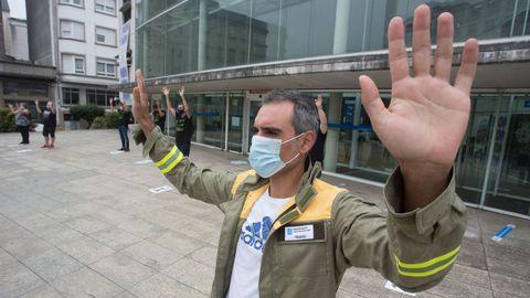 Personal técnico de incendios forestales durante una concentración ante el edificio de la Xunta en Lugo