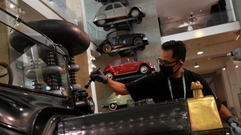 Empleados del museo de la ciencia en Londres limpian las exposiciones para su reapertura