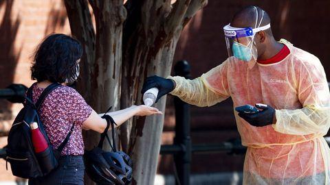 Una persona que se prepara para someterse a la prueba se lava las manos en un sitio de prueba de covid-19 operado por voluntarios del Cuerpo de Reserva Médica, enfermeras y funcionarios del Departamento de Salud del Distrito de Columbia, en Washington, DC, EE. UU