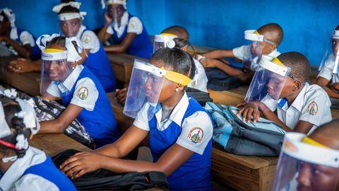 Estudiantes con protección contra el covid-19, retoman clases luego de cinco meses de cierre debido a la pandemia, en Puerto Príncipe (Haití)