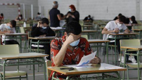 Alumnos haciendo la selectividad en Viveiro el pasado julio