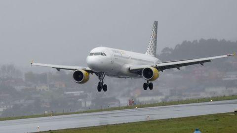Imagen de archivo de un avión de Vueling aterrizando en Alvedro