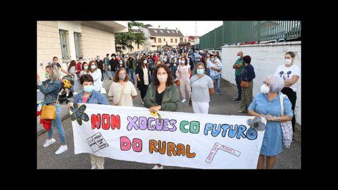 Protesta de la ANPA de Campo Lameiro para pedir que no se supriman profesores en el colegio Pedro Antonio Cerviño
