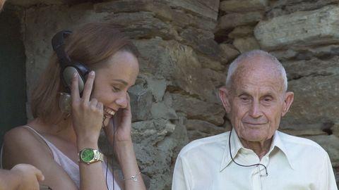 Manolo de Louzarela e a súa neta escoitan a gravación orixinal de hai corenta anos