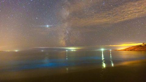 Mar de Ardora e a Via Láctea desde a praia de Gures