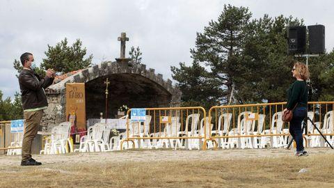 Una pareja se hace fotos junto al altar al aire libre tras la última misa de la mañana