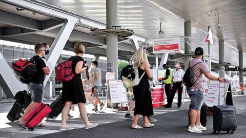 Pasajeros en el aeropuerto de Colonia, Alemania