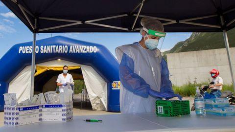Pruebas PCR en el autoCOVID para la recogida de muestras en el polígono de Guadamia, Asturias