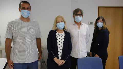 Olivera (la segunda por la izquierda) junto a sus dos hijos y el doctor González Rivas.