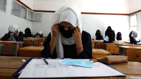 Estudiantes yemeníes, durante un examen el 15 de agosto