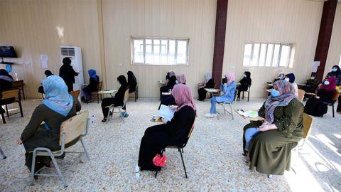 Alumnas dee bachillerato de una escuela iraquí hacen el examen final tras cinco meses con los centros cerrados