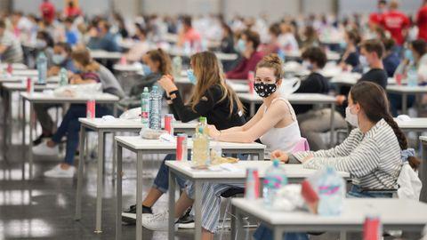 Estudiantes vieneses tomar parte en un test de admisión para Medicina