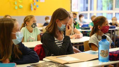 Estudiantes alemanes, con mascarillas, en la reapertura de las clases
