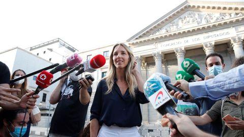 Cayetana Álvarez de Toledo, hoy, hablando con los medios ante el Congreso de los Diputados