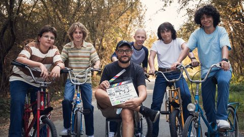 Dani de la Torre junto al elenco de Live is Life en el rodaje de una de las primeras escenas de la película