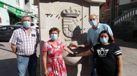 El alcalde de Viana y su grupo de gobierno, en una foto junto a una fuente recientemente restaurada