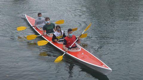 La canoa Virgen de la Barca, de nuevo en contacto con el agua de Ría de Navia