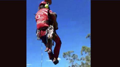 Un bombero rescata con el helicóptero a un niño