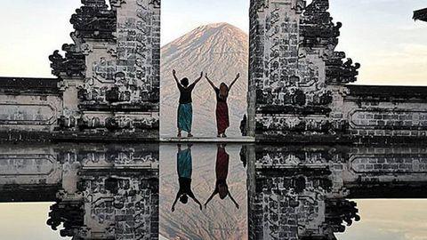 Laura Cañal y Maria Rodríguez en un templo de Bali