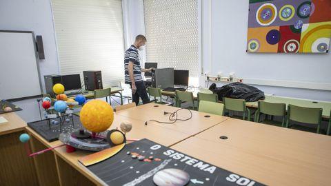 «Adiós al aula de ordenadores». En el mayor colegio de primaria de Ribeira, O Grupo, tendrán que prescindir de las estancias destinadas a Informática y a Música para habilitar dos desdobles