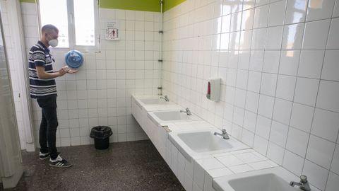 Uno de los cuartos de baño del mayor colegio del municipio ribeirense, O Grupo