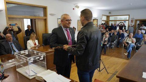 César Fernández recibió el bastón de mando de manos de Ignacio Gómez