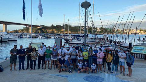 La foto de familia con los ganadores de los distintos trofeos de la XXX Semana Náutica Ría de Ribadeo