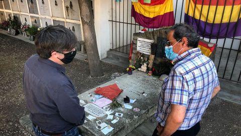 Torra y Puigdemont ante la tumba de Machado