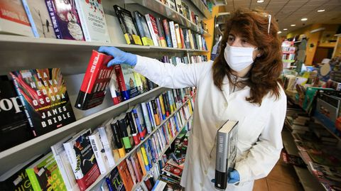 Una librera coloca libros en los estantes